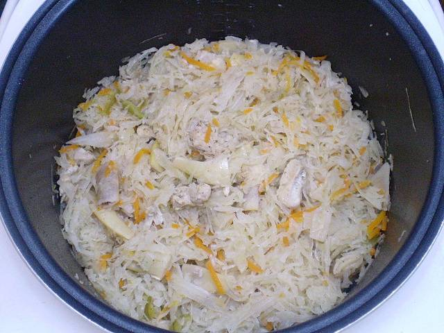 Наша солянка с курицей готова! Подавайте её с зеленью и сметаной. Приятного аппетита!