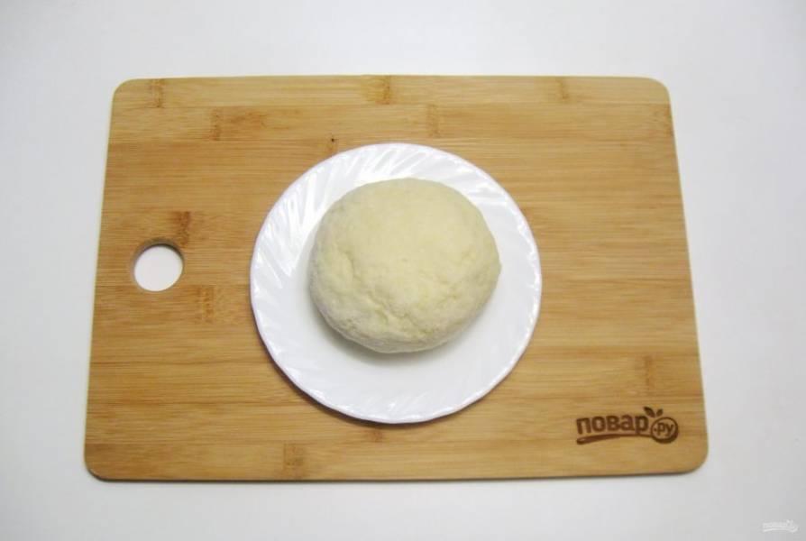 Из картофельного пюре, яйца и муки замесите мягкое, эластичное, не липнущее к рукам тесто.
