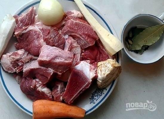Мясо промываем и нарезаем крупными кусками. Очистим сельдерей, корень хрена, пастернак, луковицу и морковь.