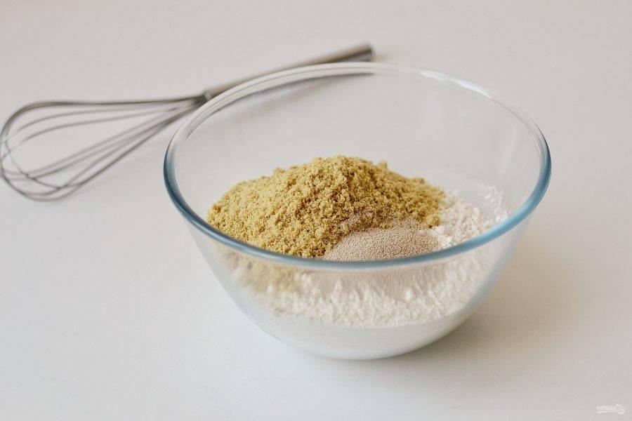 Смешайте пшеничную и льняную муку с дрожжами.