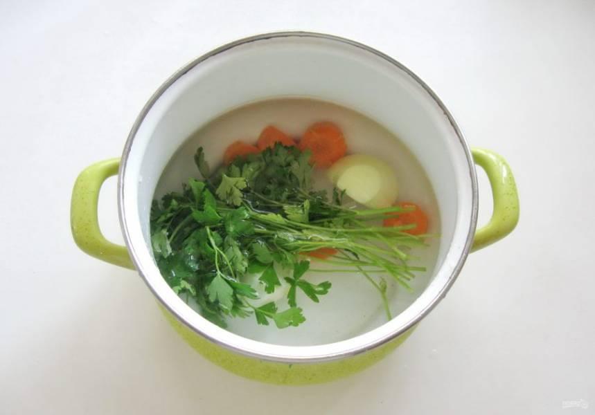Залейте лук, морковь и петрушку водой. Поставьте кастрюлю на плиту и варите овощи с петрушкой 15 минут.