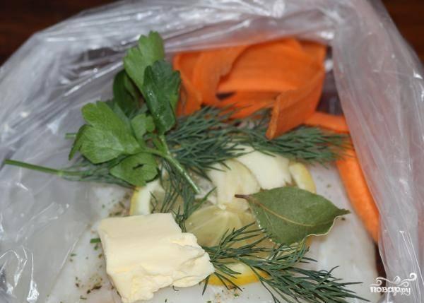 Возьмите 4 полиэтиленовых пакета, распределите все ингредиенты на равные части, уложив в каждый. Т.е. по кусочку рыбы, по веточке петрушки и укропа, по зубчику чеснока, по 10 гр. масла, по дольке лимона, по одному лавровому листу и по горстке морковки.