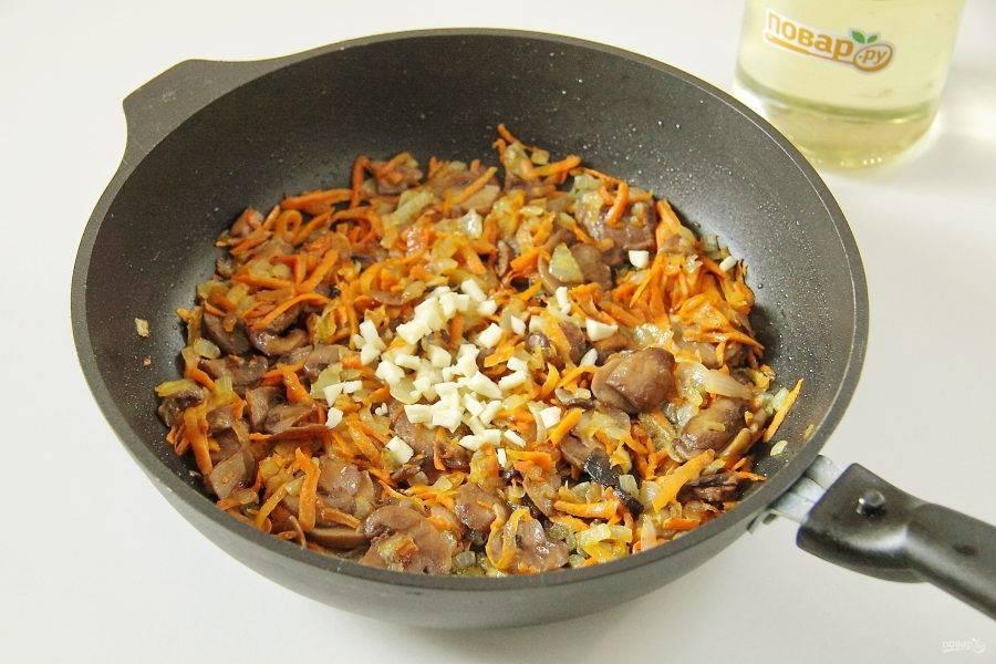 Добавьте чеснок и продолжайте готовить еще пару минут.