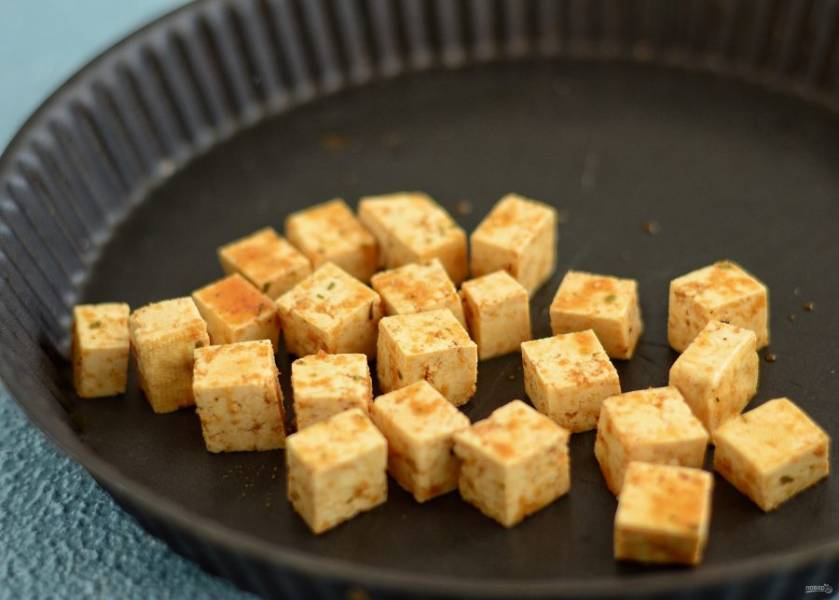 Тофу нарежьте на маленькие кубики, добавьте соевый соус и специи. Отправьте тофу на 25 минут в духовку при температуре 200 градусов.