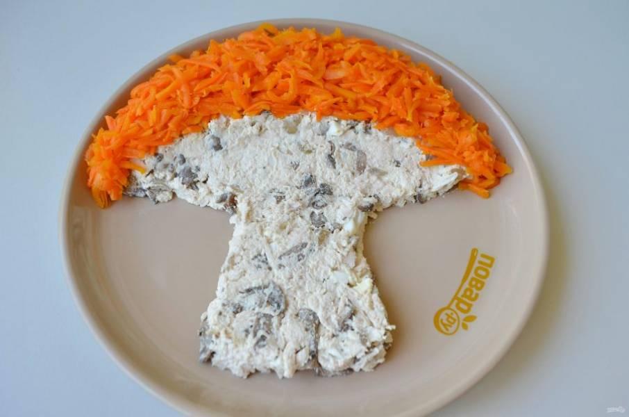 6. Тертой морковью оформите шляпку.