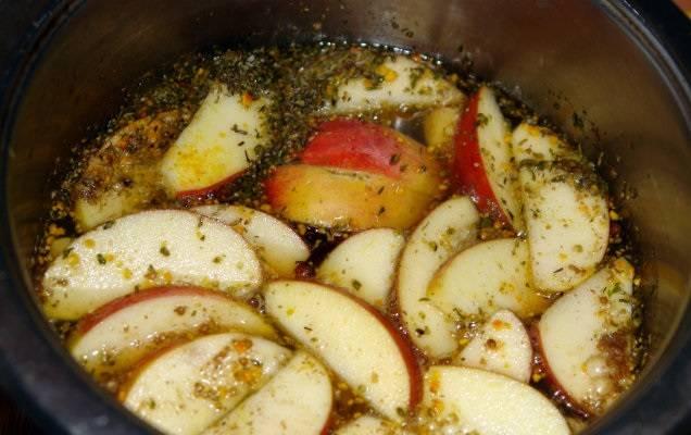 Залейте яблоки водой.
