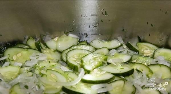 Оставляем все ингредиенты в покое примерно на час. Овощи должны дать сок и слегка обмякнуть.