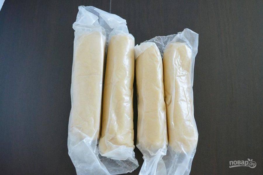 4.Сформируйте из теста несколько колбасок, заверните их в пергамент и положите в холодильник на 45 минут.