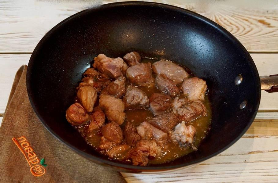 3. Хорошо обжарьте мясо с добавлением масла или курдюка.