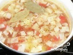 Все овощи кладем в кастрюлю с холодной водой, на среднем огне доводим до кипения. Когда закипит - не забываем посолить и поперчить, а также добавить лавровый лист и специи по вкусу, чтобы суп не был совсем пресным. Не скупитесь на острые специи - чем острее будет суп, тем лучше это для похудения. Но в пределах разумного, конечно :)