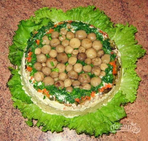 8. Снимаю глубокую посуду, так что салат остается на блюде. Подаю сразу к столу.