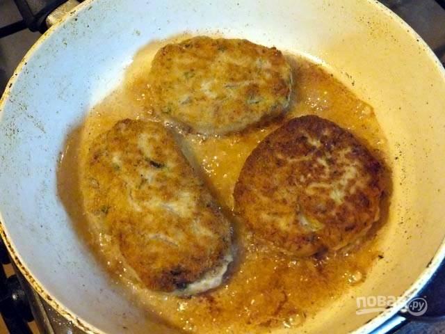 Разогреваем сковороду и на растительном масле жарим котлетки до румяной корочки с обеих сторон. После можно добавить немного воды, накрыть сковороду крышкой и протушить минут 5-8.