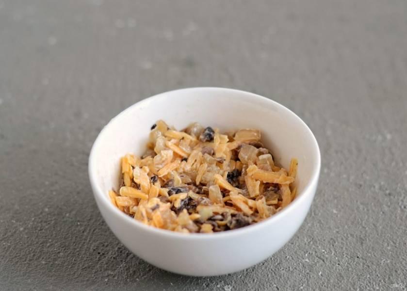 Добавьте тертый сыр, заправьте постным майонезом.
