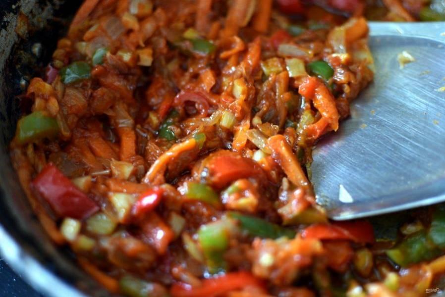 Добавьте овощи к луку, продолжайте пассеровку. Затем добавьте томатную пасту, хорошо прогрейте. Залейте в сковороду протертые томаты и тушите пару минут.