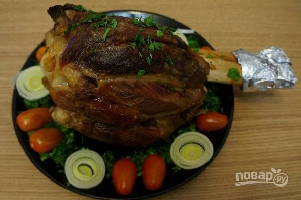 Запекайте говядину в духовке при 180 градусах в течение 3-х часов. Подавайте с гарниром. Приятного аппетита!