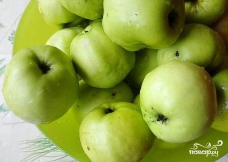 Для мармелада лучше брать осенние твердые яблоки. В них больше пектина. Тщательно помоем яблоки.