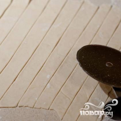 3. Раскатать охлажденное тесто на слегка посыпанной мукой поверхности толщиной не меньше 6 мм. Разрезать тесто на прямоугольники 1 см в ширину и 5 см в длину. Отложить в сторону.