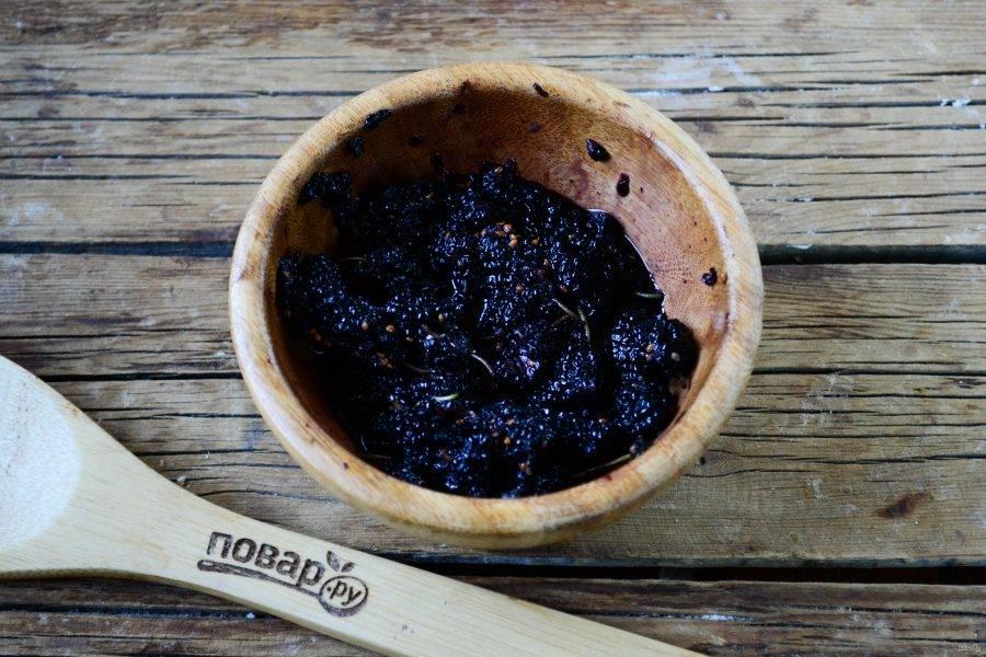 Шелковицу переберите и хорошенько вымойте. Деревянной толкушкой разомните ягоды, чтобы они пустили сок.