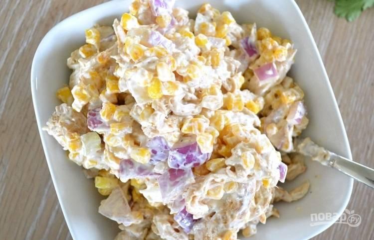 5.Заправьте салат сметаной и йогуртом, хорошенько перемешайте.