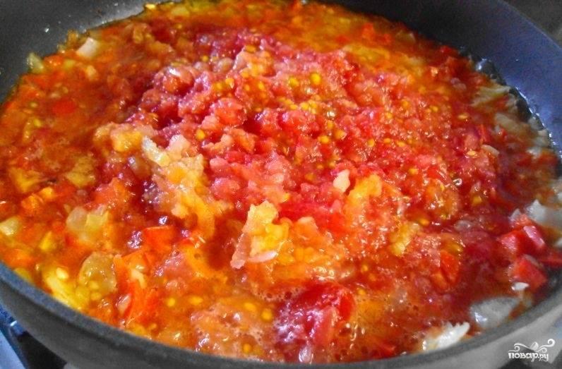 Помидоры помойте, очистите от кожуры и натрите на крупной тёрке в сковороду. Добавьте соль, сахар, перец. Тушите на среднем огне полчаса.