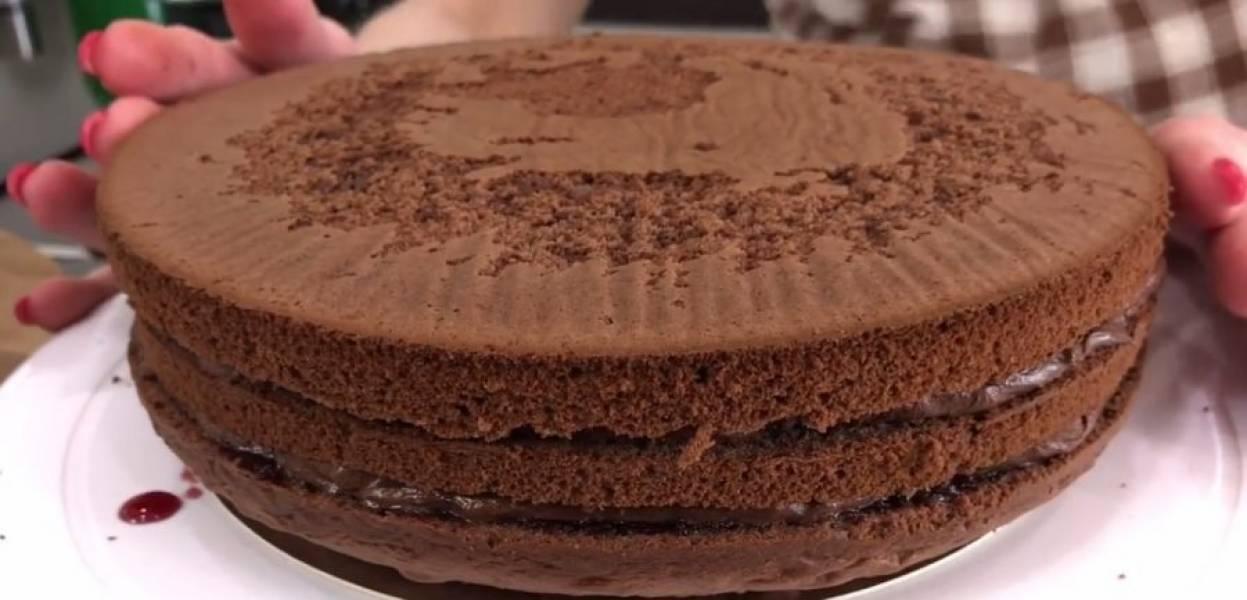 5. Пропитайте нижний корж, смажьте кремом, выложите второй корж и слегка придавите. Так же пропитайте и смажьте второй корж, а третий корж пропитайте на отдельной тарелке, после чего переверните и накройте им торт.