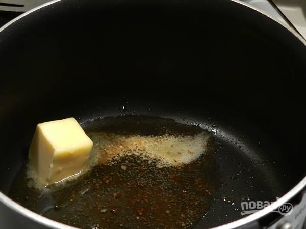 Когда мясо запечется, слейте с него образовавшийся сок и влейте его в сковороду. Мясо оставьте отдыхать, а к соку добавьте сливочное масло.
