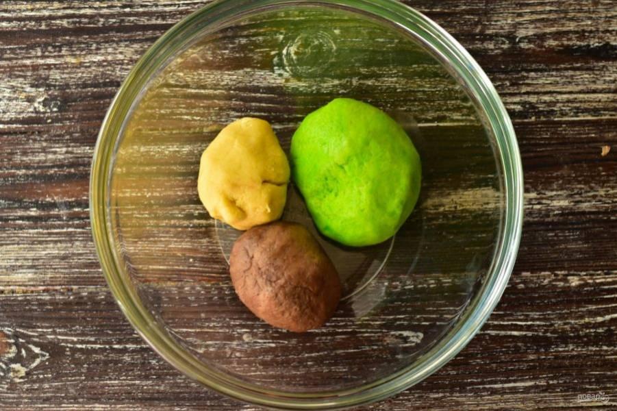 Поделите его на три части, две одинаковые, а одна побольше. В одну часть добавьте зеленый краситель, в другую какао, а в меньшую ничего не добавляйте.