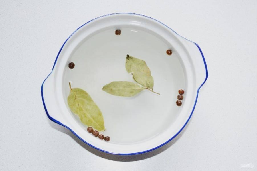 Для приготовления маринада доведите до кипения воду с солью, сахаром, перцем и лавровым листом. Дайте покипеть пару минут. После влейте уксус.