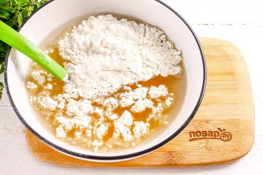 Всыпьте пшеничную муку высшего сорта и замесите песочное тесто.
