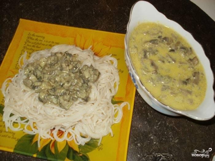 С готовым грибным соусом со сливками очень вкусными получаются спагетти. По желанию можете добавить зелень.  Приятного аппетита!