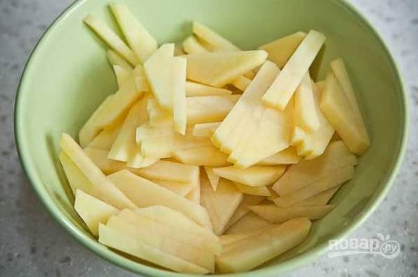 5. Очистите и нарежьте картофель.