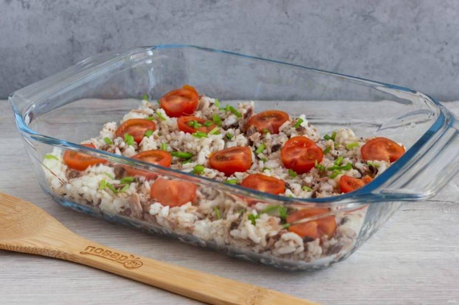 Форму смажьте растительным маслом. На дно формы выложите рисовую массу. Сверху разложите кусочки черри и рубленную зелень.