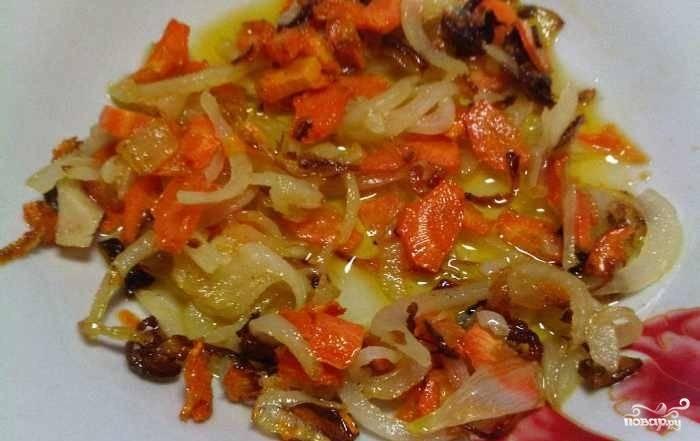 Лук и морковь почистите, промойте и нашинкуйте. Обжарьте овощи вместе в масле на сковороде до золотистого цвета.