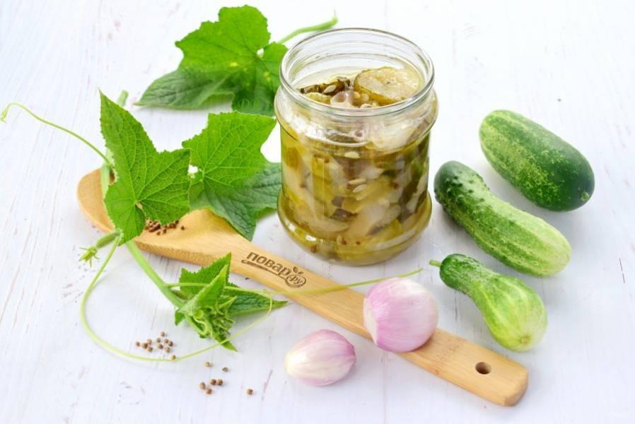 4.    Разложите салат по стерилизованным банкам, закатайте крышками. Укутайте в тепло, дайте остыть. Выход – 3 0,5 л банки. Храните в прохладном месте.