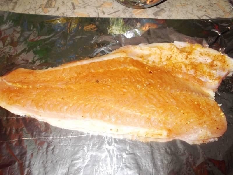 Кабачки настаиваются. Делаем рыбу: выкладываем на двойную фольгу, солим, перчим. Я еще добавляю приправу для рыбы.