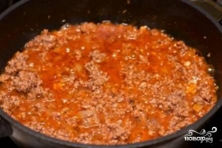 Добавьте в сковороду томатный сок и тушите под закрытой крышкой 10 минут, после чего откройте крышку и дайте лишней жидкости выпариться. Добавьте соль, перец и травы, а затем снимите сковороду с огня и дайте фаршу остыть.