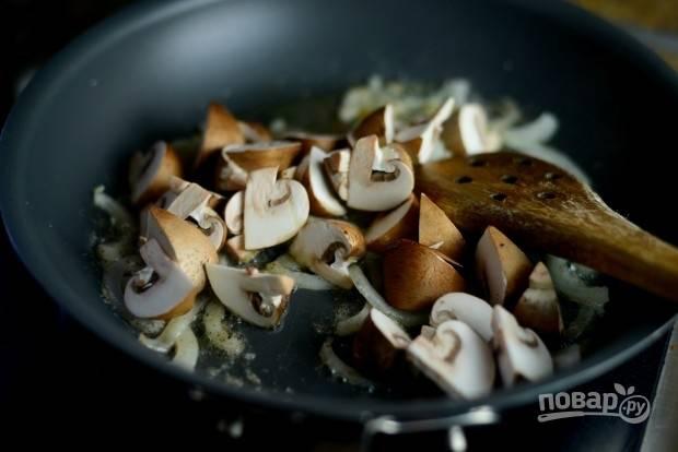 6. Через 6 минут жарки отправьте на сковороду шампиньоны.