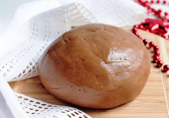 Добавьте муку с разрыхлителем и замесите тесто. Оберните его пленкой и уберите ненадолго в холодильник.
