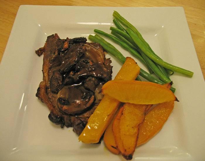Готовый ромштексы из свинины в духовке советую подавать со спаржей, овощами (можно гриль). Приятного аппетита!