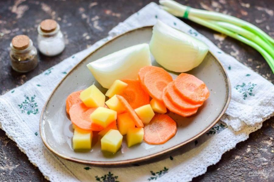 Очистите морковь, лук и картофель. Овощи вымойте и просушите, нарежьте произвольно.