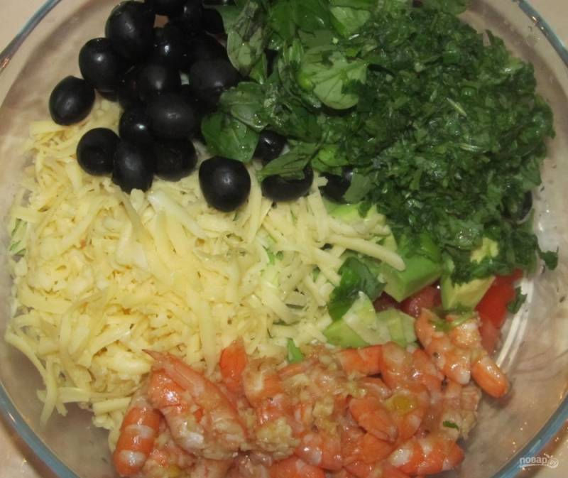 7.Добавляю маринованные креветки вместе с мякотью лимона, зеленый базилик мою и измельчаю ножом, вливаю оливковое масло.