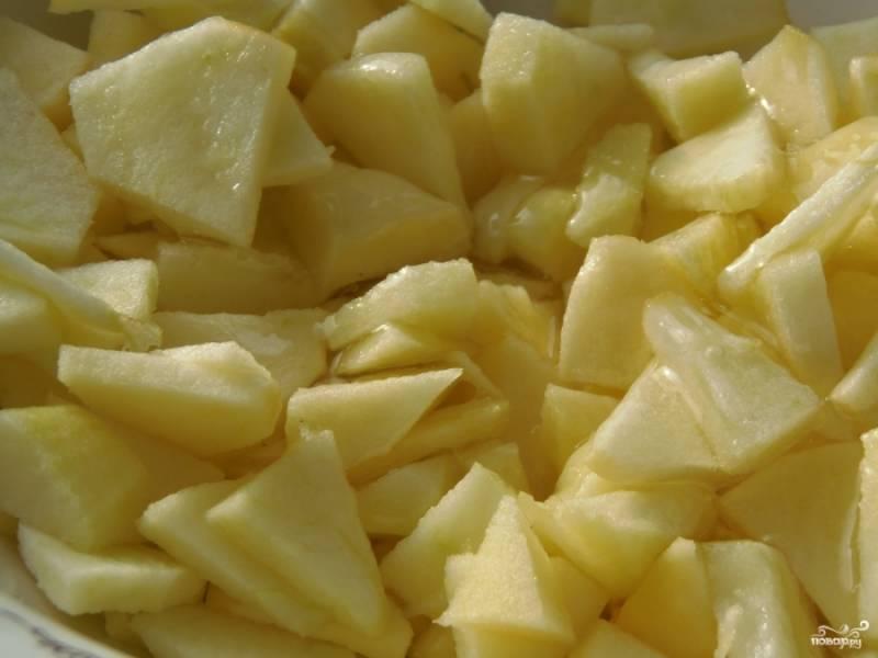 2. Для начинки нарежем мелко яблоки, обрежем все кусочки кожуры, а также твердые внутренние части с косточками. Польем лимонным соком, чтобы не потемлели, смешаем с медом и выложим на раскатанную тонкую лепешку.