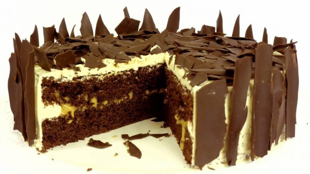 6. Украсьте торт шоколадной стружкой и поставьте в холодильник на 2 часа. Приятного аппетита!