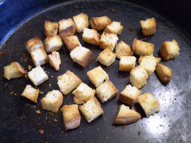 5. Как только сухарики зарумянились, выключаем духовку, пусть медленно остывают там.