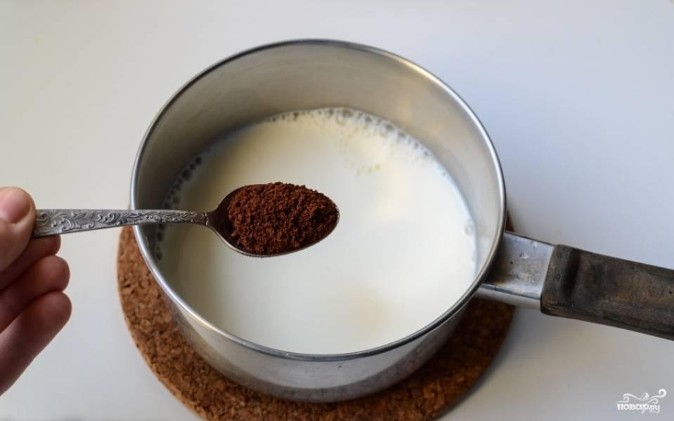 Теперь готовим крем. Поставьте на огонь молоко и добавьте растворимый кофе.