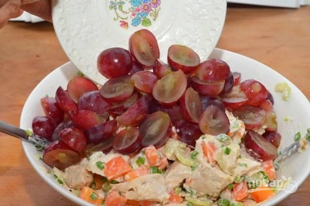 9.Перемешиваю салат и в самом конце добавляю виноград. Еще раз аккуратно перемешиваю.