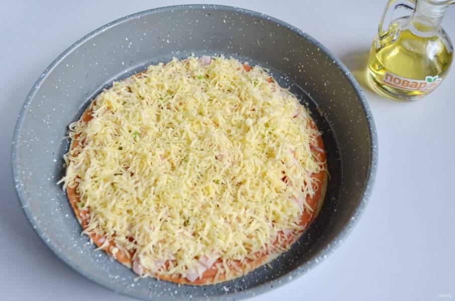 7. Посыпьте любимыми специями и положите тертый сыр.
