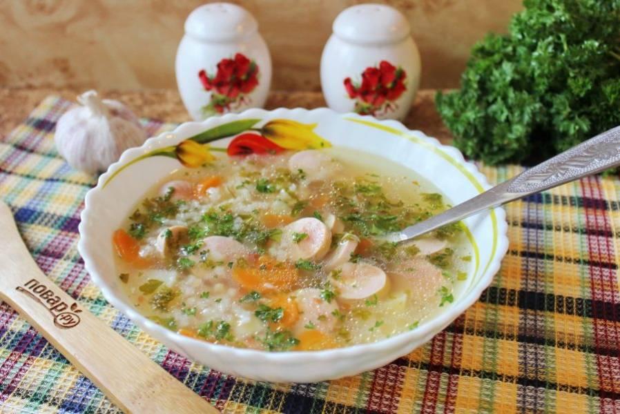 Суп с сосисками и рисом готов. Можно подавать к столу.