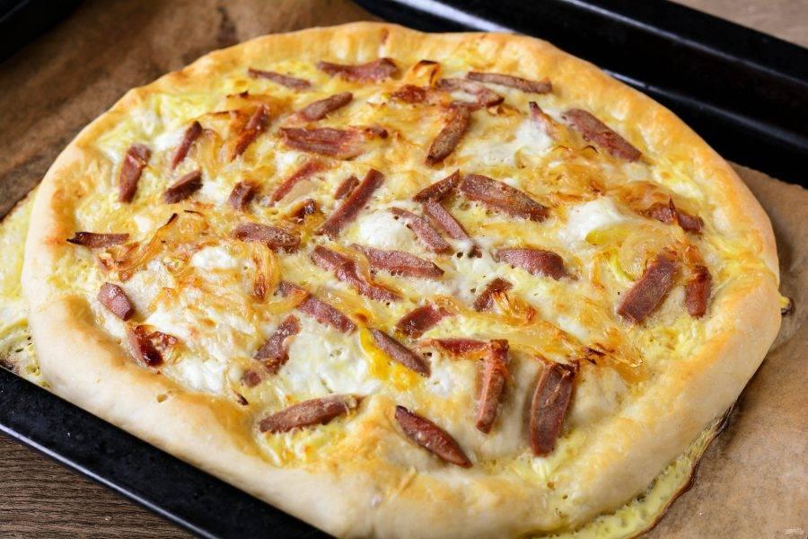Выпекайте пиццу 15 минут.