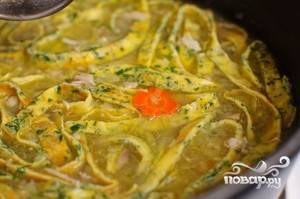 Теперь высыпайте в бульон лапшу и курицу. Накройте крышкой и выключите плиту. Пусть кастрюля постоит минут 10-15, потом можете подавать на стол. Приятного аппетита!:)